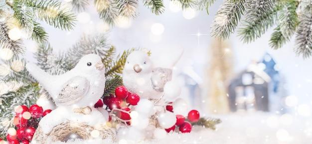 Prettige kerstdagen en gelukkig nieuwjaar, vakantie wenskaart met wazig bokeh achtergrond