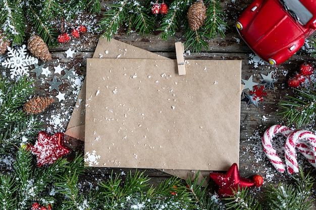 Prettige kerstdagen en gelukkige feestdagen wenskaart, frame, banner. nieuwjaar. nieuwjaarskaart met sneeuw op houten achtergrond. winter xmas vakantie thema. plat leggen. kopieer ruimte