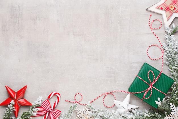 Prettige kerstdagen en gelukkige feestdagen wenskaart, frame, banner. nieuwjaar. noel. zilveren kerstcadeaus, ornamenten op blauwe achtergrond bovenaanzicht. wintervakantie xmas thema. plat leggen.