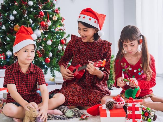 Prettige kerstdagen en prettige vakantie met internationale mensen, kinderen vieren kerstmis in het huis