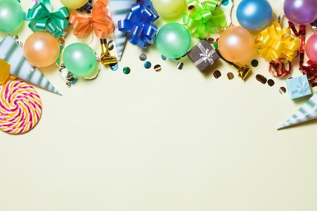 Prettige vakantie frame achtergrond met kleurrijke ballon, geschenken, confetti, carnaval cap en streamer.
