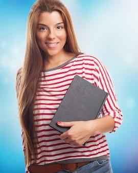 Pretty brunette vrouw poseren met een notebook