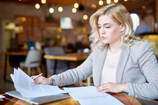 Pretty entrepreneur werken vanuit cafe