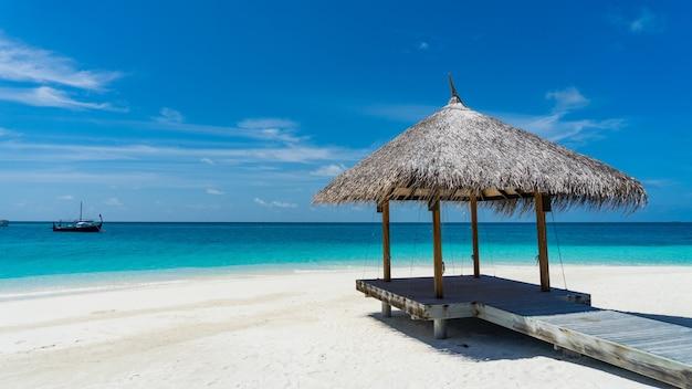Prieel op het strand voor rust. zee, malediven.
