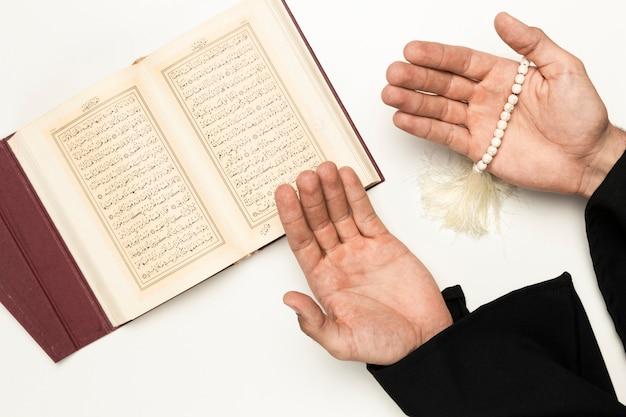 Priester biddende tijd uit heilig boek