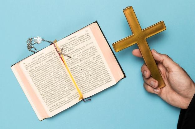 Priester die bidt en heilig boek leest