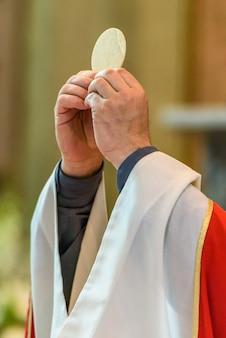 Priester geeft eucharistie