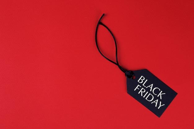 Prijskaartje is zwart op een rode achtergrond met de inscriptie black friday. winkelen
