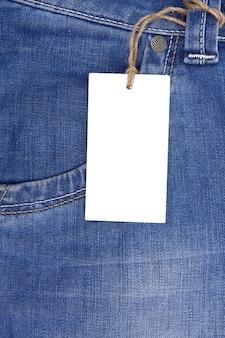 Prijskaartje over jeans geweven zak