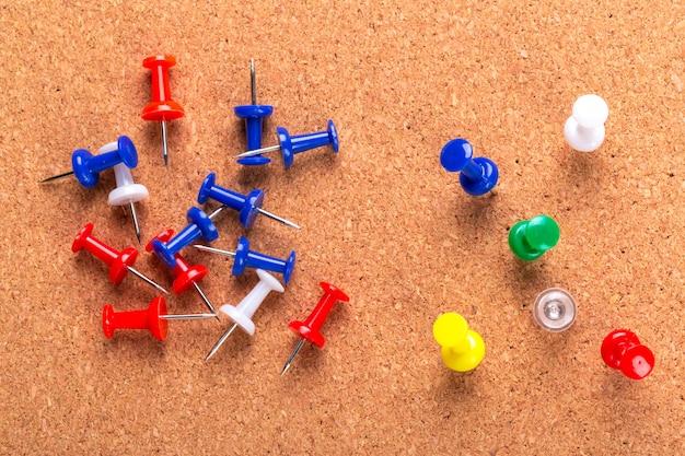 Prikbordtextuur voor achtergrond en kleurrijke spelden