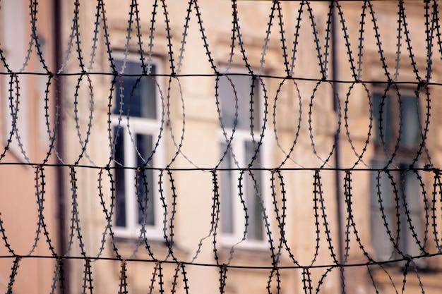 Prikkeldraad en ramen van een gebouw