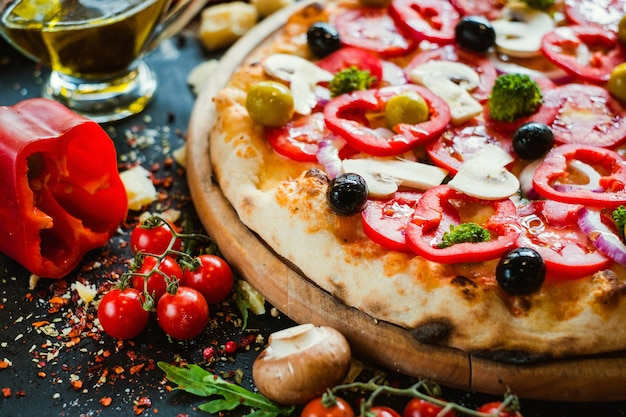 Primavera pizza.. gezonde plantaardige ingrediënten. heerlijk traditioneel italiaans voedselconcept
