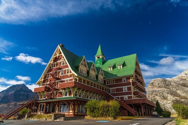 Prince of wales hotel in de ochtend van de herfst de zonnige dag. monumenten in waterton lakes national park. alberta, canada.