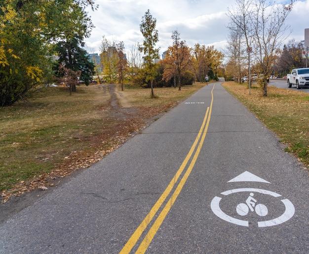 Prince's island park fietspad herfst gebladerte landschap in het centrum van calgary, alberta, canada.