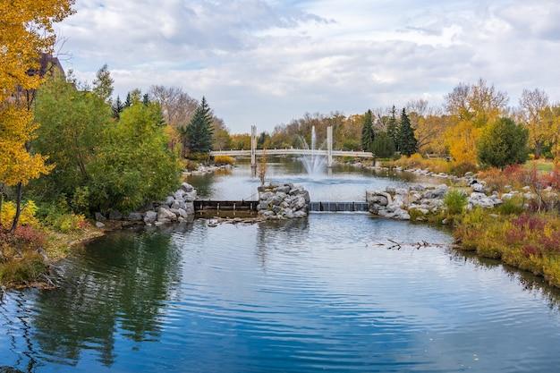 Prince's island park jaipur-brug. herfst gebladerte landschap in het centrum van calgary, alberta, canada.