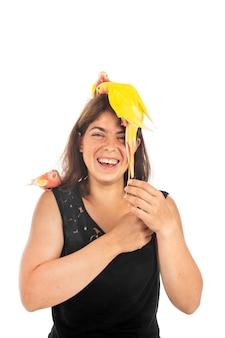 Princess papegaai op het hoofd van de vrouw