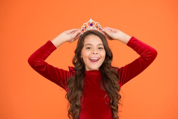 Prinses manieren. gelukkig meisje lang krullend haar draag kroon. kleine prinses leeft in luxe. schoonheidskoningin. mijn gekoesterde droom. elegante dame zijn. beste kindermode. luchten en genaden. wintercarnaval.