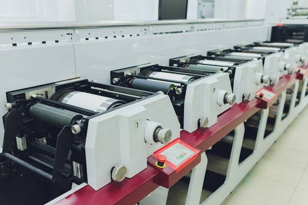 Print screening metalen machine. industriële printer. workshop zeefdruk.