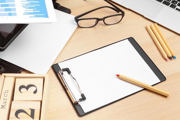 Printer en computer. werk tafel. bovenaanzicht
