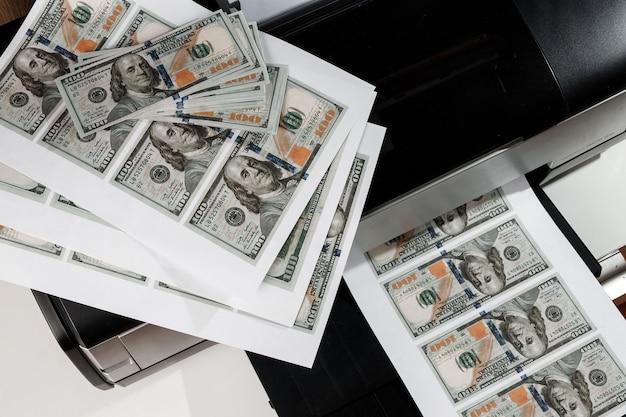Printer en gedrukte amerikaanse dollars, valse bankbiljetten, valsemunterij
