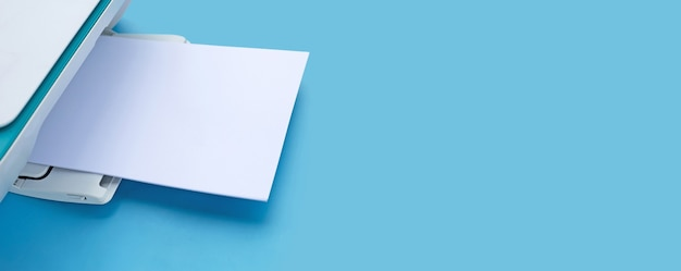 Printer en papier op blauw oppervlak