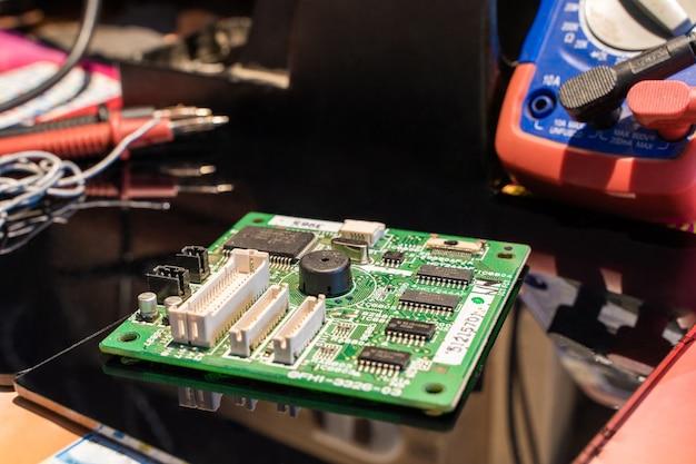 Printplaat met andere apparatuur op zwarte tafel ingenieur werkplek stockfoto Premium Foto
