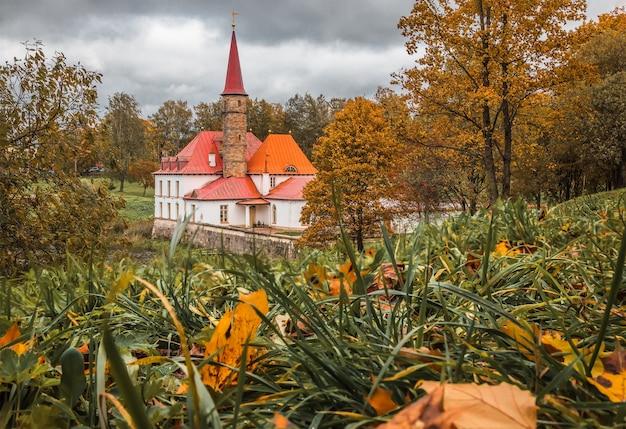 Priorijpaleis aan de oever van het zwarte meer in de herfst gatchina sint-petersburg