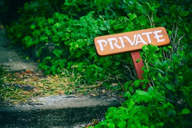 Privé bord op een houten bord buitenshuis.