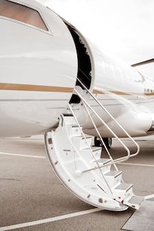 Prive-jet met ladder en open deur