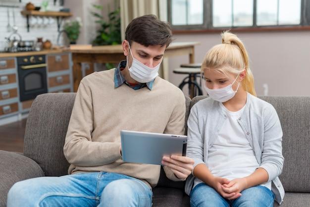 Privé-leraar en jonge student die een tablet vooraanzicht gebruiken