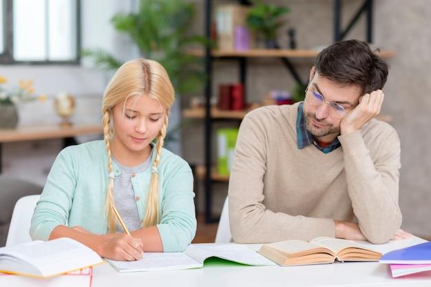 Privé-leraar en meisje die thuis huiswerk doen