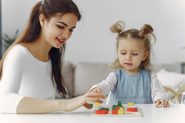 Privé-leraar met klein meisje die thuis bestuderen