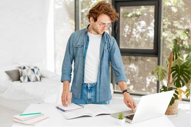 Privé-leraar thuis met behulp van zijn laptop