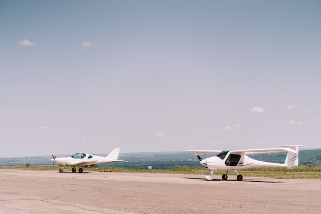Privé vliegtuigen in het veld