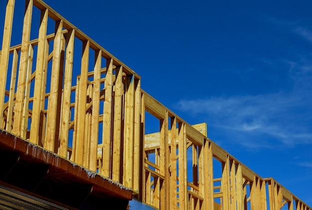 Privé woonappartement met houten frame in aanbouw balkenhuis