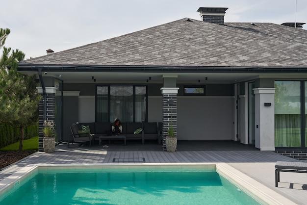 Privé zwembad in tropisch gebied. huis zwembad in tuin en terras. modern villaconcept. stock foto
