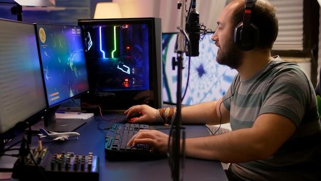 Pro-gamer beweegt 's avonds laat de knoppen op professionele mixer in streaming-thuisstudio