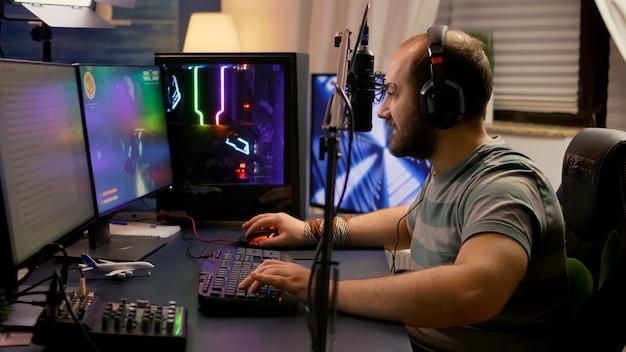 Pro-gamer die een professionele hoofdtelefoon draagt en online videogames speelt met space shooters