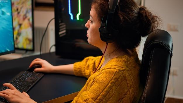 Pro-gamer die met teamgenoten praat via een koptelefoon die een shooter-videogame speelt met kampioenschap. virtueel schietspel in cyberspace, esports-speler die optreedt op pc-gamingtoernooi