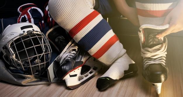 Pro ijshockey, hij schoenveter in de kleedkamer van de atleet