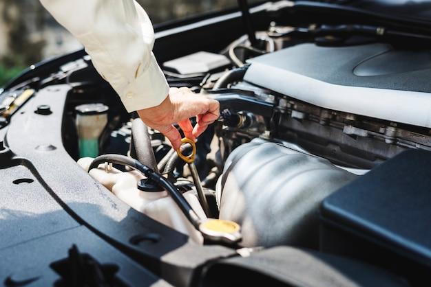 Probeert de auto te repareren