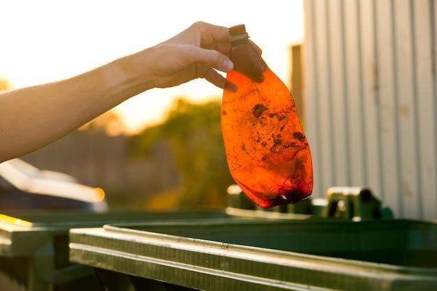 Probleem met de milieuvervuiling. keuze concept: red de natuur of blijf wegwerpplastic gebruiken.