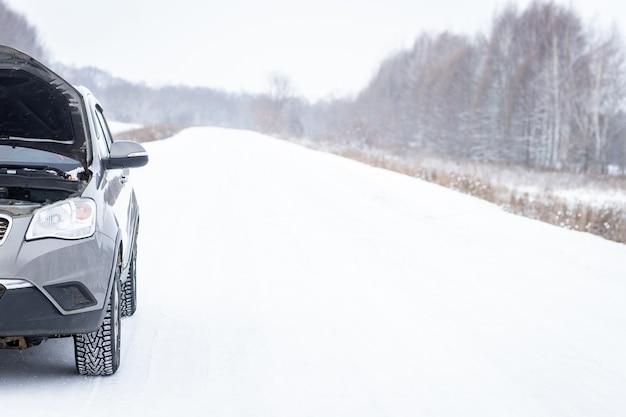 Probleem met een auto op een met sneeuw bedekte weg.