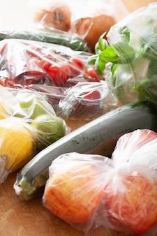 Probleem met plastic afval voor eenmalig gebruik. groenten en fruit in plastic zakken