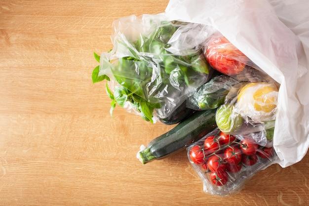 Probleem met plastic verpakkingen voor eenmalig gebruik. groenten en fruit in plastic zakken