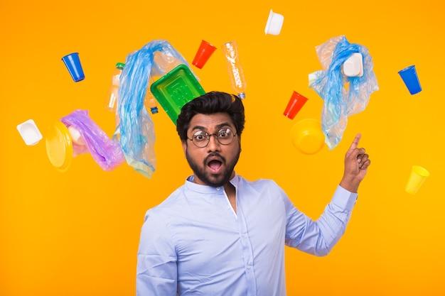 Probleem van afval, plastic recycling, vervuiling en milieuconcept - verraste indiase man