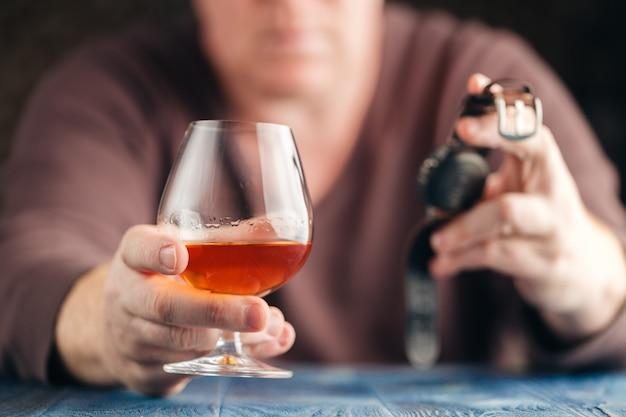 Probleem van alcoholisme, man stopt meer te drinken