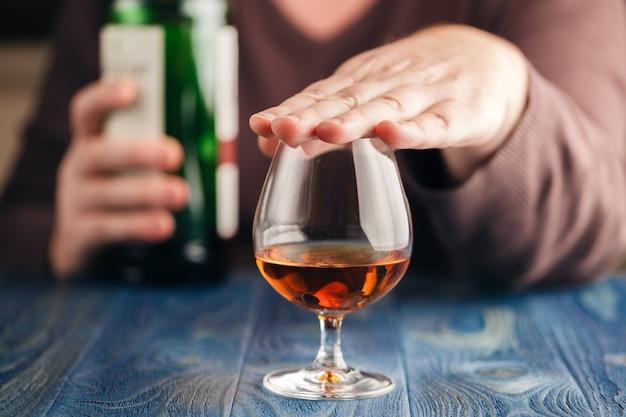 Probleem van alcoholisme, man stopt met drinken meer