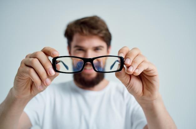 Problemen met het gezichtsvermogen van de mens op een witte t-shirt lichte achtergrond