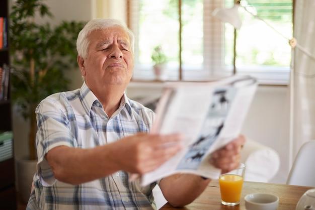 Problemen met het gezichtsvermogen van een senior man